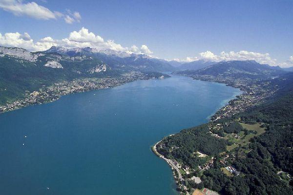 La superficie de ce lac, aussi surnommé le lac bleu, est de près de 28 km. Cet endroit bénéficie d'un environnement unique, avec une faune et une flore qui n'ont pas leur égal.