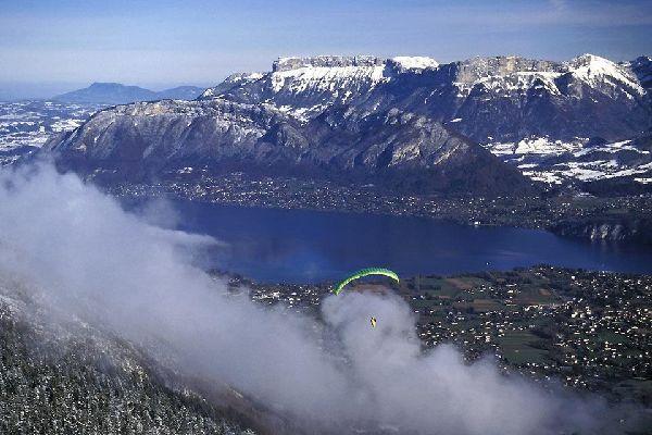 Parapente, deltaplane, saut à l'élastique ? Si vous êtes un fan de sensations fortes, le lac d'Annecy est fait pour vous !