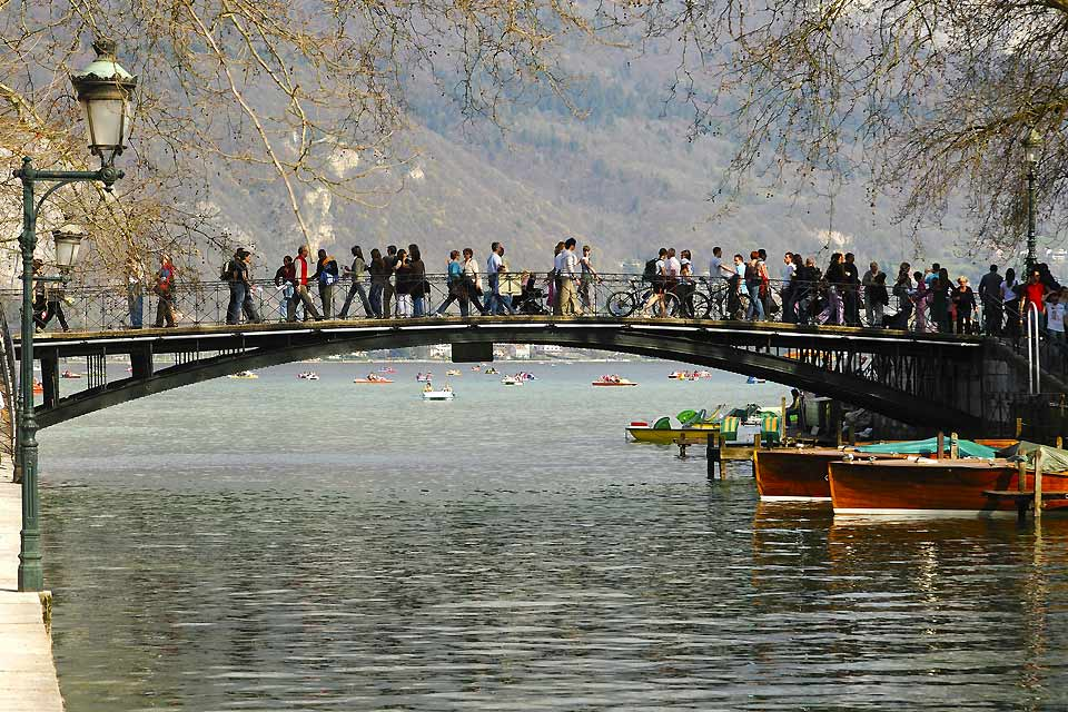 This walkway is located on the shores of Lake Annecy at the entrance to the Vassé canal. Legend has it that two lovers kissing in the middle of the bridge will be together for life.