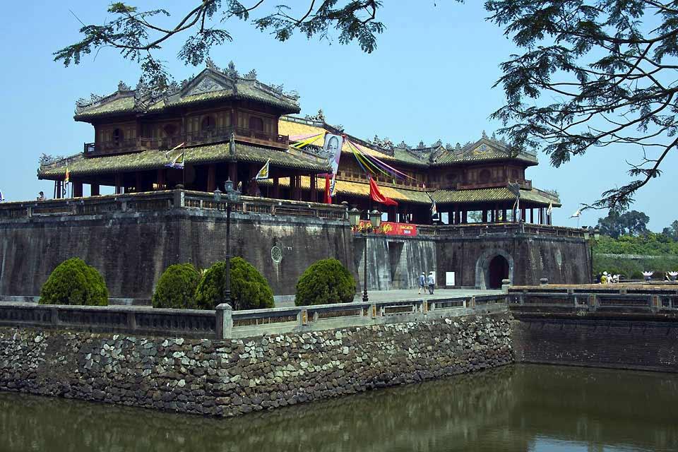Hoï An (à 35 km au sud de Da Nang) aujourd'hui petit port tranquille, s'enorgueillit d'un riche passé. Dès la fin du XVème siècle, Chinois, Japonais, Indonésiens, Hollandais, Portugais, Français y ont établi des comptoirs. C'est en déambulant rue Tran-Phu, la rue principale, ou rue Bach-Dang, au bord de la rivière, qu'on apprécie le charme de cette petite ville qui a conservé un patrimoine architectural ...