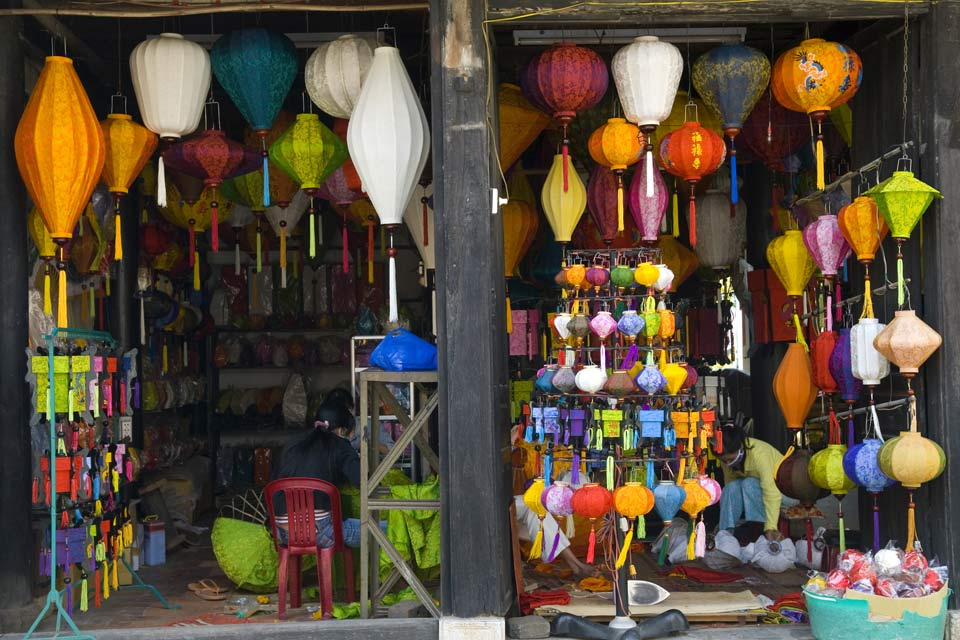 Many shops sell colorful paper lamps that you will also find in the streets of the city.
