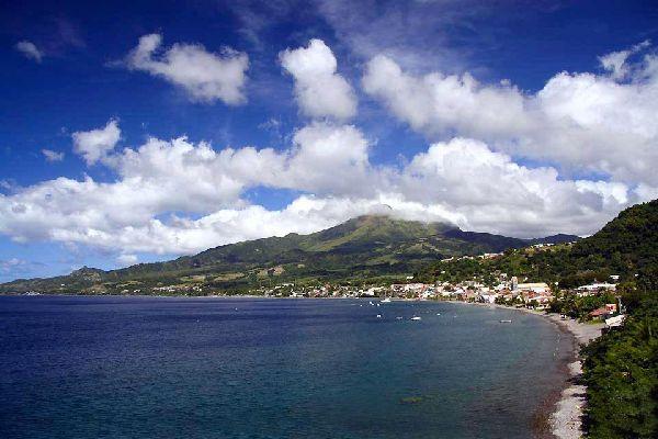 Le bourg de Basse-Pointe est situé à l'extrémité nord de la Martinique. Le quartier le plus ancien est aménagé autour de l'église de Saint Jean-Baptiste. De là, il faut emprunter la ruelle du Bord-de-Mer pour rejoindre le port. Comme en témoigne la présence de petits temples, le village accueillit au 19ème siècle de nombreux Indiens. Ces derniers furent en effet appelés pour remédier au manque de main ...