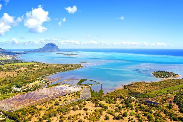 Es la costa mauriciana más conocida por su carácter salvaje y auténtico, así como por sus establecimientos hoteleros, poco numerosos pero muy diversificados.  Aquellos que quieran descubrir los paisajes más espectaculares de la zona se decidirán por un hotel al pie de Morne, en la punta suroeste. Allí es donde se encuentran las playas más bellas del sur. No obstante, cabe decir que los hoteles están ...