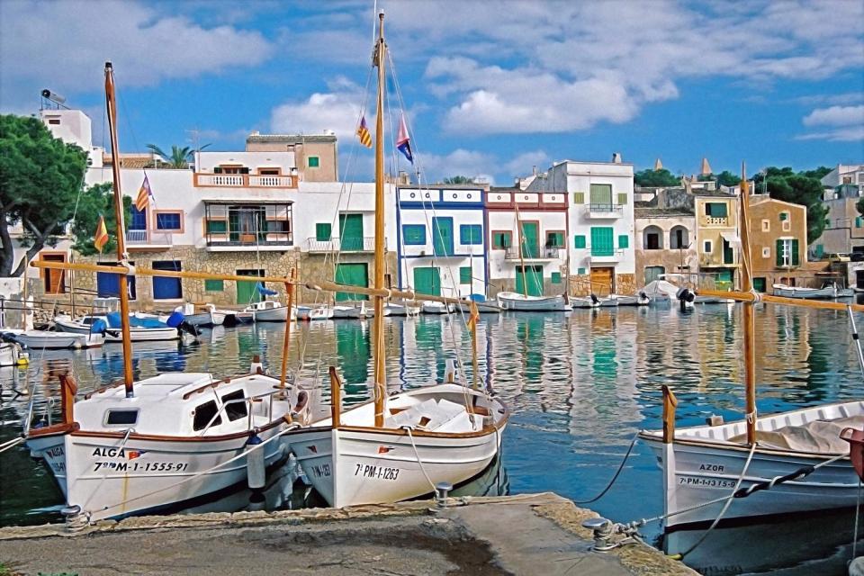 Entre Colonia Sant Jordi et Cala Mesquida se succèdent une multitude de calas (calanques) isolées, parfois difficile d'accès. Le port de Porto Colom se trouve sur la côte Sud-Est de Majorque. La cala la plus connue est la Cala Marsal, à 900 mètres de ce traditionnel petit port de pêcheurs. Cette jolie crique assez grande est bien équipée de transats en plastique, douches et parasols en paille impeccablement ...