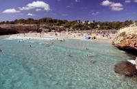 Entre Colonia Sant Jordi et Cala Mesquida se succèdent une multitude de calas (calanques) isolées, parfois difficile d'accès. La station balnéaire de Cales de Mallorca est l'une d'elles, sur la côte est de l'île. La cala Domingos est une agréable crique encadrée de falaises. Sa plage est équipée de douches, transats et parasols en paillotes (ces équipements sont payants). Vous pouvez également louer ...