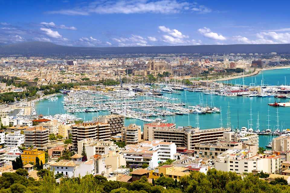 Dire que la baie de Palma est le point le plus touristique de l'Ile est un euphémisme : elle accueille à elle seule 8 des 10 millions de vacanciers qui débarquent chaque année à Majorque. Totalement défigurée par la promotion immobilière, Magaluf a été marquée ces dernières années par la montée de la petite délinquance et du hooliganisme. On y pratique le balconing (pratique suicidaire consistant à ...