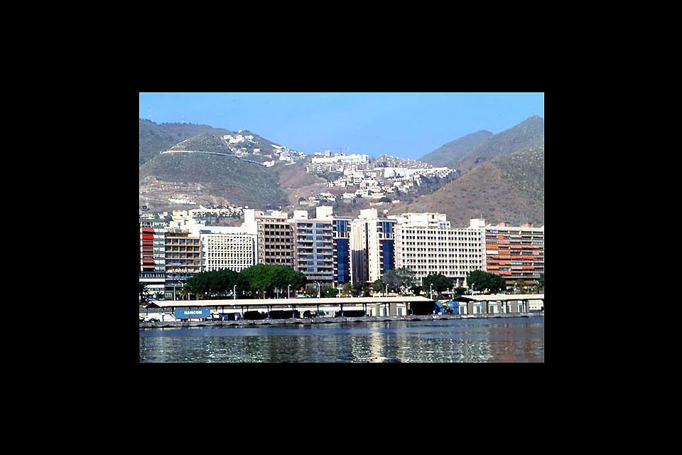 Ce petit port de plaisance fortement urbanisé est le meilleur endroit pour observer l'impressionnante falaise des Géants.