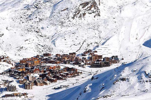 Située à 2300 mètres, en Savoie, dans le massif de la Vanoise, Val Thorens s'enorgueillit de porter le titre de station la plus haute d'Europe. Elle fait partie de la commune de Saint-Martin-de-Belleville tout comme les Menuires et possède 150 kilomètres de pistes dont 99% se situent entre 2000 et 3200 mètres. Le rêve de tout skieur confirmé ! Mais pas seulement. Avec 50% de pistes classées dans la ...