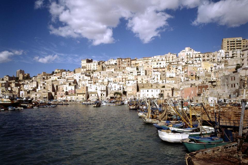 """Premier port de pêche d'Italie, Sciacca est surtout célèbre pour ses thermes qui datent de l'époque crétoise. Ce sont les grecs qui ont découvert les vertus thérapeutiques des eaux de la région. On peut y voir également la grotte vaporeuse de San Calogéro située sur le mont Kronio. Faisant partie de la Sicile """" africaine """", on sent ici les influences des pays du Maghreb. Au XVIème siècle, ..."""