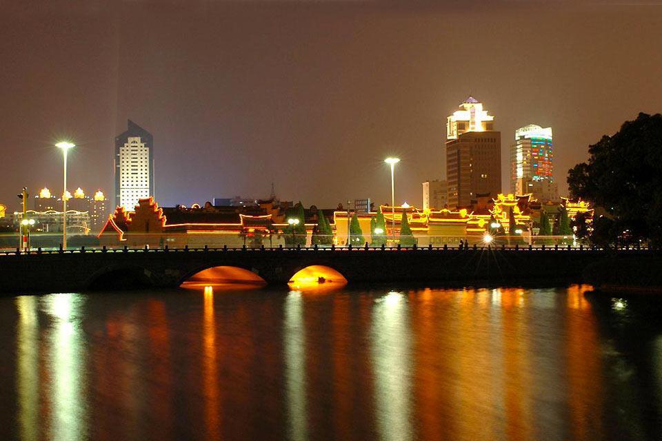 Shanghái es actualmente un destino de moda para los viajeros. Gracias a su situación estratégica en el delta del río Yangtsé y el mar de Chino, siempre ha sido una ciudad cuya economía es florecida, Aun hoy en día se trata de un eje comercial muy importante para el país y la ciudad se considera como la capital económica china. Desde unos 10 años, Shanghái es uno de los símbolos más fuerte de la economía ...