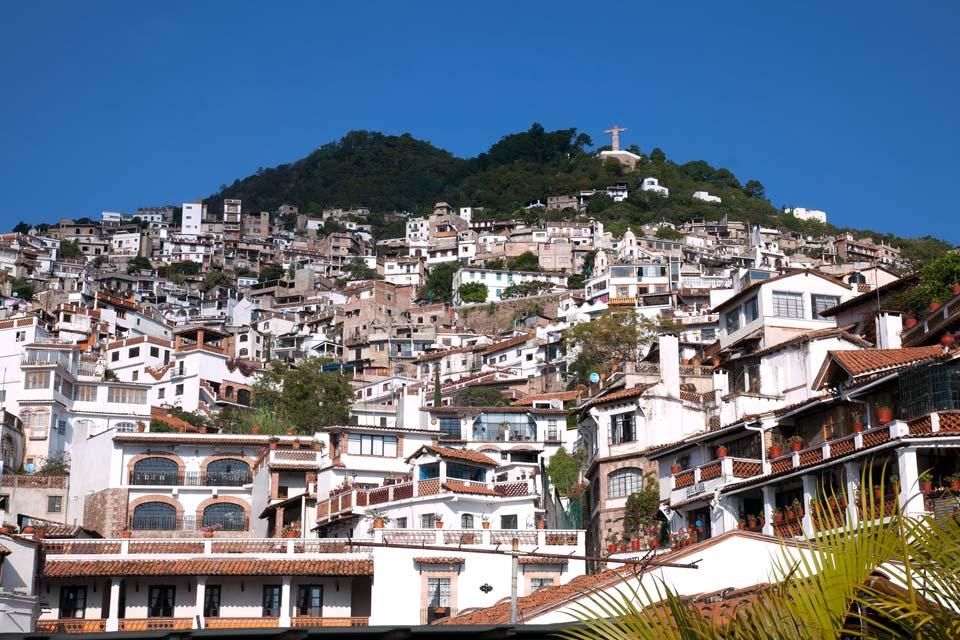 Accrochée aux contreforts escarpés de la Sierra Madre, Taxco fut fondée en 1534, grâce à la découverte d'un gisement d'argent. Avec ses murs blanchis à la chaux, ses ruelles pavées, grimpant à l'assaut de la montagne, ses toits de tuiles romaines et ses balcons de fer forgé, elle cultive des allures de vieille Espagne. Dominant le Zócalo, l'élégante église Santa Prisca est un chef-d'œuvre de ...