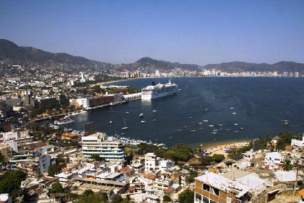 Con un nome che suona come la quintessenza dell'esotismo, un clima divino per il relax, una leggendaria baia a mezzaluna e una vita notturna che attira i festaioli di tutto il mondo, Acapulco merita la sua reputazione poco ortodossa. Chi non ama il turismo di massa non si fermerà nemmeno.  Ma Acapulco è anche una vera e propria città messicana, con due milioni di abitanti, una lunga storia e un carattere ...