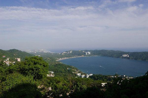 Acapulco si affaccia su una baia profonda,semicircolare considerata fra le più belle del mondo.