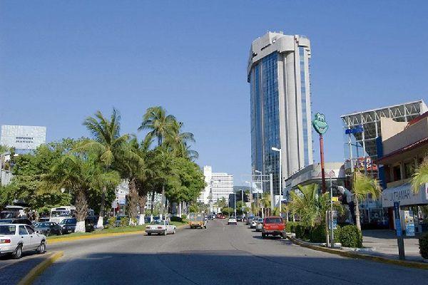 Gli edifici di Acapulco sono ben visibili. Enormi strutture alberghiere sono posizionate a pochi passi dal mare.