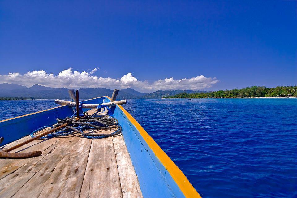 Située à l'Est de Bali, l'île de Lombok plonge les voyageurs dans un univers encore originel, parsemé de quelques villes. Mataram, la capitale, garde quelques vestiges de son riche passé de colonie hollandaise et de ses demeures bourgeoises. Le tour est cependant très vite fait. Si Lombok est bien loin de la profusion de temples et de cultures présentes à Bali, les paysages et la tranquillité des lieux ...