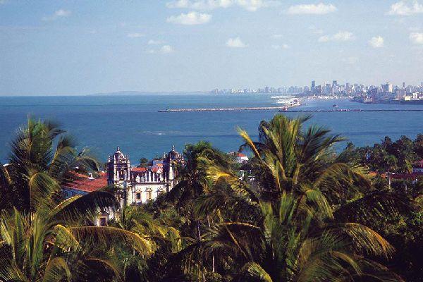 Contemplators really enjoy the Praça da Sé and its view over the coastline.