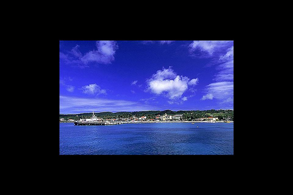 Grand Bourg, situado al sudoeste de la isla, pertenece al departamento de Guadalupe. Tiene el puerto más grande de la isla.
