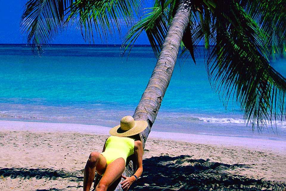 È la più piccola delle tre stazioni balneari di Grande-Terre. Costeggia due grandi spiagge pubbliche di sabbia chiara. Una si trova in centro, l'altra è all'ingresso occidentale di Sainte-Anne. Si tratta della spiaggia di La Caravelle, la più bella di Grande-Terre: vi aspettano laguna e palme da cocco, acqua tiepida e sport nautici. Il Club Med ha scelto bene: le sue sdraio e i suoi ombrelloni ne occupano ...