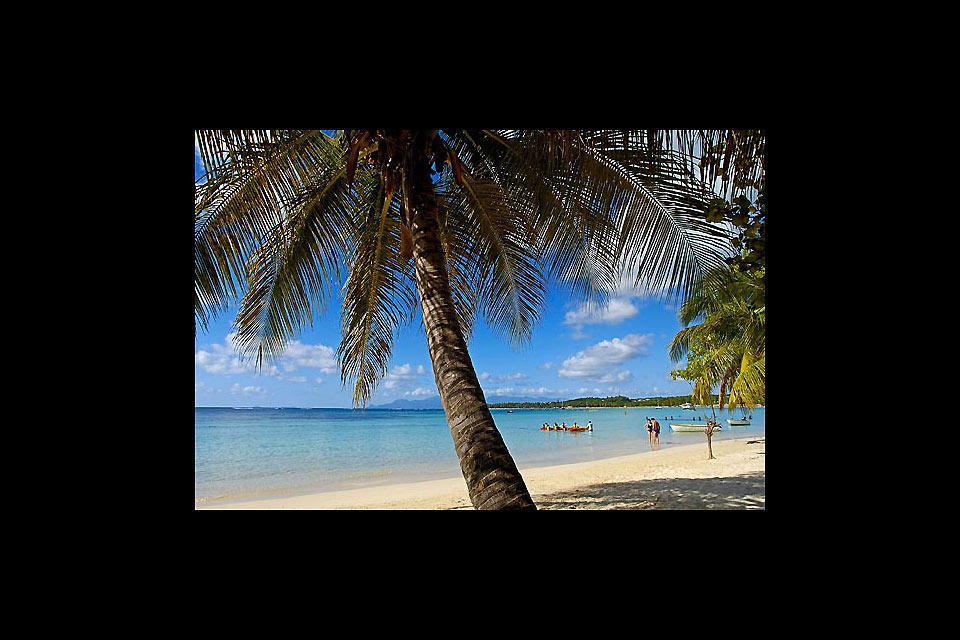 A Sainte-Anne si trova la più bella spiaggia dell'isola, quella della Caravelle, il cui nome viene utilizzato per identificare il Club Med che sorge proprio in quel punto.