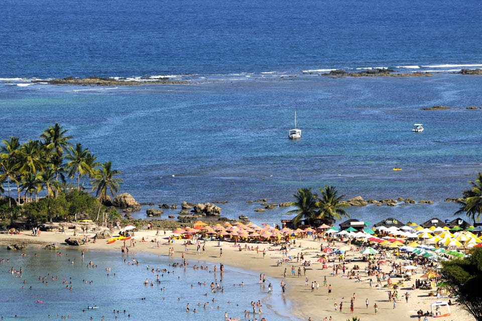 Die herrliche Insel Ilha do Tinharé mit dem Dorf Morro (dt. Hügel) de São Paulo liegt an der brasilianischen Küste, 2,5 Bootsstunden südlich von Salvador de Bahia. Die Inselgruppe Tinharé besteht aus 26 Inseln, bedeckt mit tropischem Regenwald und umgeben von kristallklarem Wasser. Es handelt sich nach wie vor um einen paradiesischen, geradezu idyllischen Ort. Von Salvador aus gibt es eine regelmäßige ...