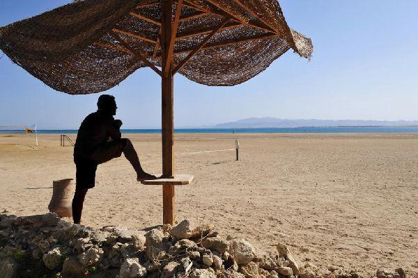 Soma Bay no es una ciudad. Es un rincón del desierto. Un rincón que bordea una de las bahías naturales más bonitas del mar Rojo egipcio, un lugar maravilloso para bañarse y para practicar todas las variantes de submarinismo, kitesurf, windsurf y surf. El mar omnipresente, las montañas y la ciudad de Safaga a lo lejos conforman el horizonte de Soma. Soma Bay, repleta de hoteles y turistas, se articula ...