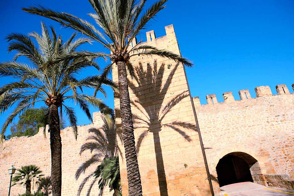 """Alcudia, die zauberhafte, arabisch geprägte und von mächtigen Mauern umgebene Stadt ist mehr als nur einen kurzen Abstecher wert! Folgen Sie dem Verlauf der Stadtmauer und bewundern Sie die beiden schön erhaltenen Stadttore. """"Die Strände und der Hafen der ausgedehnten Alcudia-Bucht im Norden Mallorcas sind in der Hauptsaison das Reiseziel von bis zu 100'000 Urlaubern. Die kleinere Bucht von Pollença ..."""