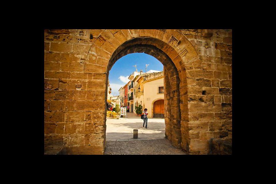 Der Blick durch ein altes Tor ins Stadtinnere macht neugierig.