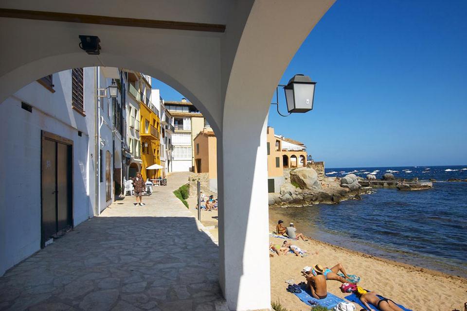 Unas diez casas de pescadores se alinean en tres pequeñas calas de arena.