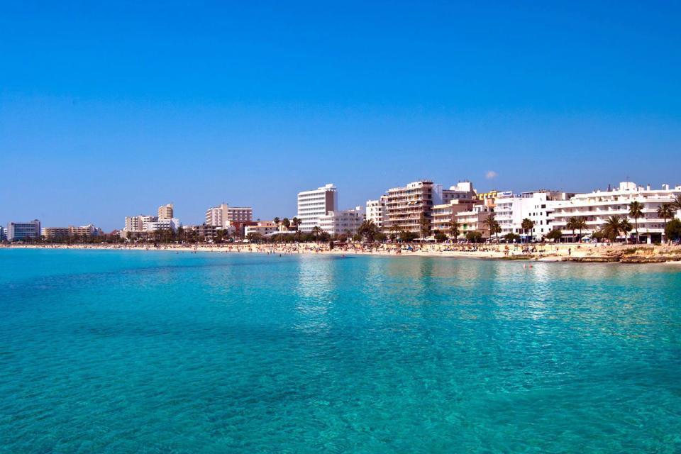Cala Millor est une petite station balnéaire située sur la côte est de Majorque. Son centre qui abrite de nombreux bars, restaurants et boutiques s'anime le soir....