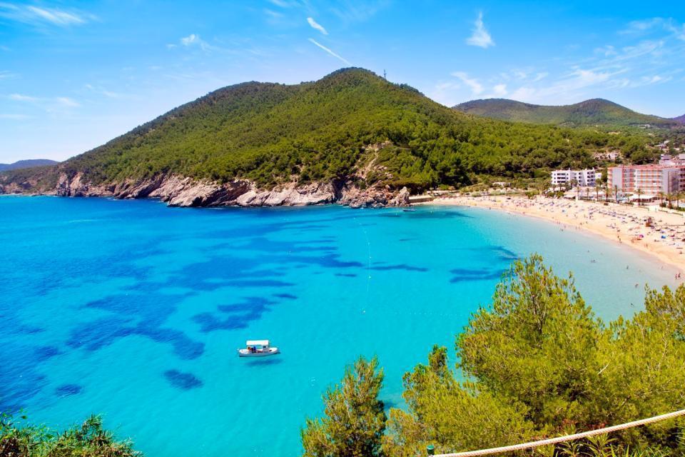 La Cala Sant Vincenç est une jolie baie à flanc de falaise surplombant une crique située à l'entrée du Cap Formentor et sa chaîne de montagnes, loin des stations touristiques balnéaires....