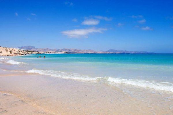 Les plages les plus agréables et impressionnantes de Fuerteventura se truvent sur la péninsule de Jandia, à l'extrême sud de l'île. Une côte plus sauvage se découvre en direction du phare isolé de Punta de Jandia, tout comme sur la partie ouest de la péninsule. Le symbole de la ville est un grand phare blanc qui domine l'océan. Jandia est réputée comme étant l'un des meilleurs spots mondial de planche ...