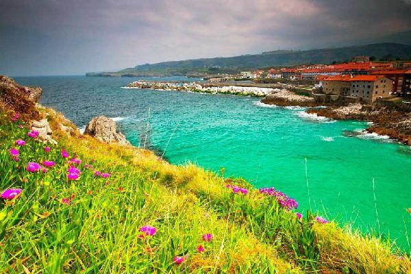 Llanes est une merveilleuse localité installée à l'extrémité est de la Principauté et délimitée par Cangas de Onís, Cabrales et Ribadesella? Avec la Mer Cantabrique d'un côté et les Pics d'Europe et la Sierra de Cuera (remplie de merveilleuses vallées) en toile de fond, cette ville est parfaitement située au centre de tout ce que vous pouvez rechercher: nature, plage, montagne, tradition, culture, ...