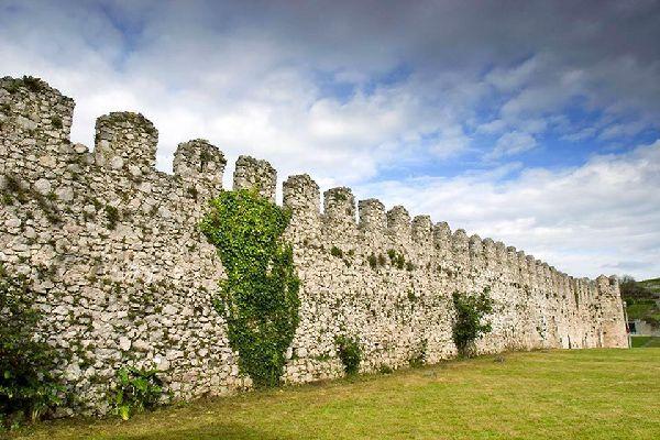 Les vestiges des fortifications médiévales qui entourent le quartier historique de Llanes sont encore visibles.