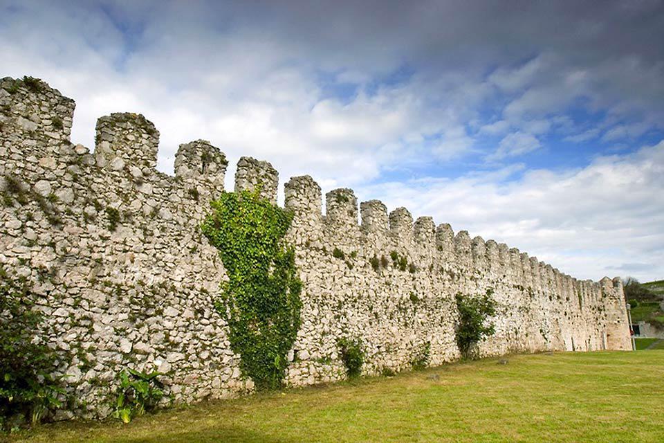 Los vestigios de las fortificaciones medievales que rodean el barrio histórico de Llanes siguen estando visibles.