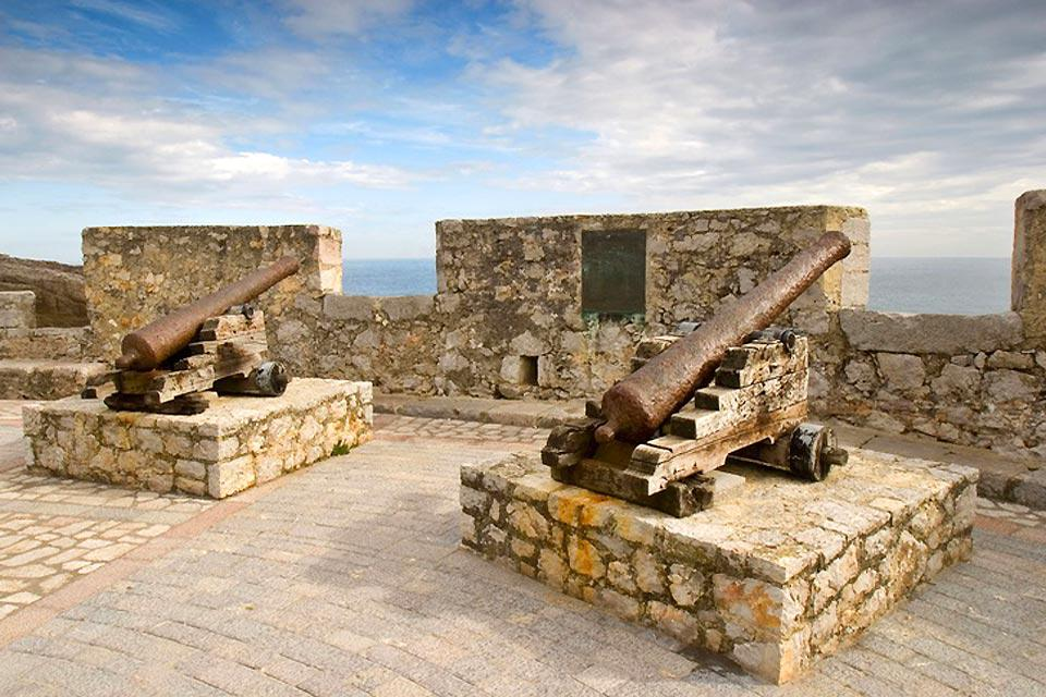 Llanes's battlements were erected in the 13th century. The town used to be accessible via four different gates.