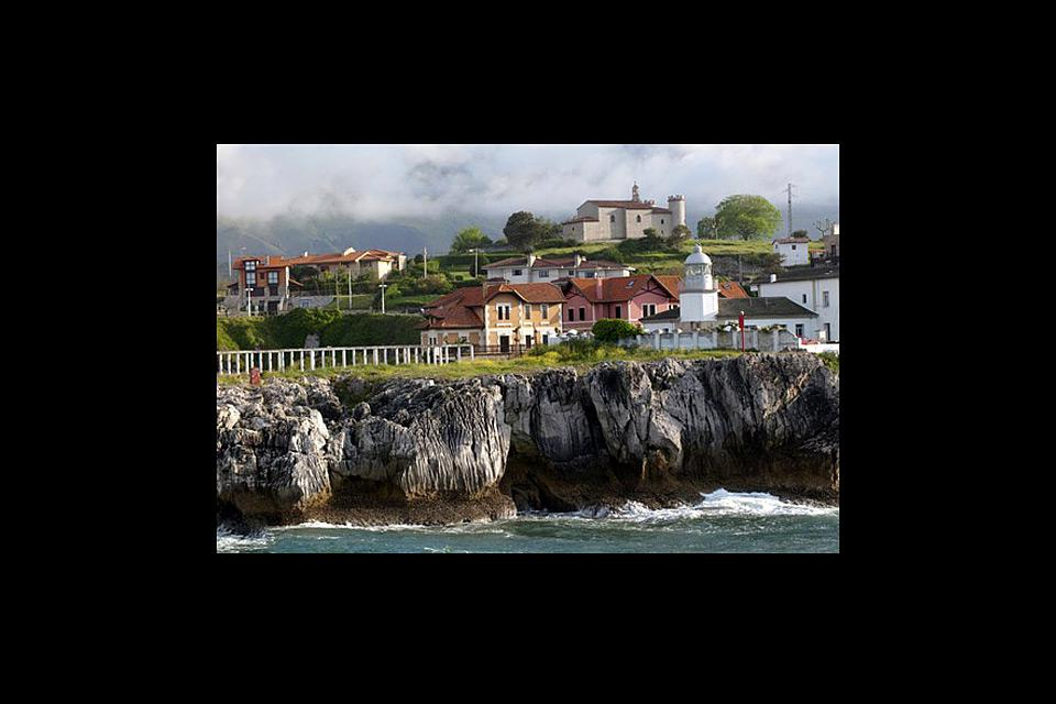 A treasured district bordering Cantabria, Llanes stands out for its paleolithic relics and its significant architectural heritage.