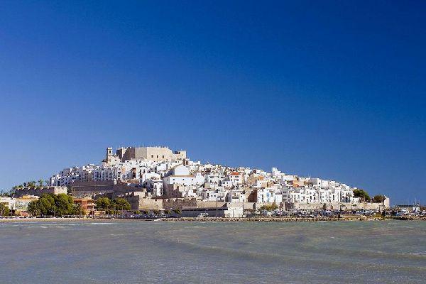 La fabuleuse ville de Peñíscola, à Castellón, se situe au centre de la Costa Azahar, un immense littoral de plages autorisées à la baignade, sauf avis contraire indiqué par les drapeaux disposés à n'importe quel moment et n'importe quel endroit. La ville se situe sur une grande jetée, véritablement au milieu de la mer. Elle est fortifiée par des murailles de différentes époques et styles qui protégeaient ...
