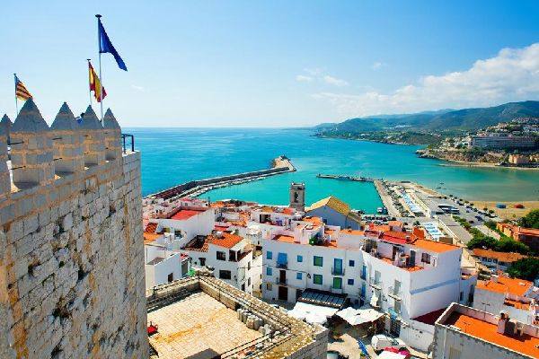 Peñíscola se trouve dans la région de Castellon et est très touristique. Il y a notamment un chateau médiéval à visiter, qui domine le bord de mer.