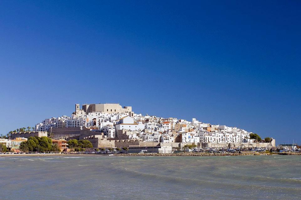 La favolosa città di Peñíscola, nel Castellón, si trova al centro della Costa Azahar, un esteso litorale di spiagge adatte alla balneazione, tranne in alcuni periodi e in luoghi specifici che vengono segnalati con bandiere. La città si trova su una grande rocca, nel bel mezzo del mare. Questa cittadina è fortificata da mura di diverse epoche e stili, che proteggevano il castello che corona la sommità ...
