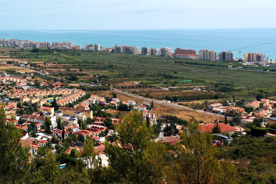Peñíscola est une ville fortifiée par des murailles de différentes époques et styles qui protégeaient le château qui domine du haut de la petite péninsule.