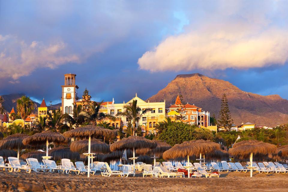 S'étalant sur les communes de Adeje et de Los Cristianos, la station balnéaire de Playa de Las Americas est devenue le symbole du tourisme de masse aux Canaries. Défigurée par la promotion immobilière, cette cité tentaculaire s'est développée en bord de mer, le long de différentes plages artificielles. De quoi satisfaire les amateurs de plaisirs balnéaires qui pourront s'adonner au farniente et à une ...