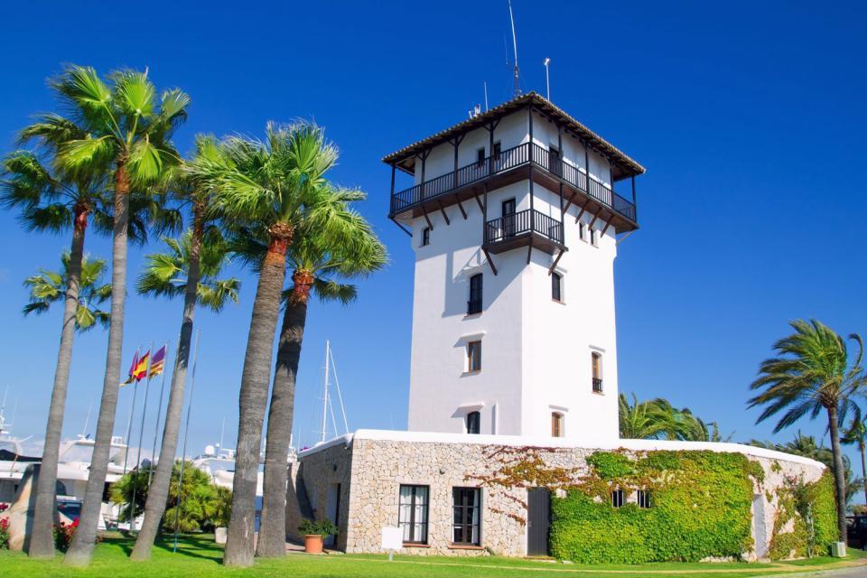 Dire que la baie de Palma est le point le plus touristique de l'Ile est un euphémisme : elle accueille à elle seule 8 des 10 millions de vacanciers qui débarquent chaque année à Majorque.   A l'ouest s'étendent des zones de villégiatures assez récentes et souvent bien entretenues, éparpillées au bord d'une côte rocheuse. Nichée dans une calanque, la station de Portals Nous regroupe essentiellement ...