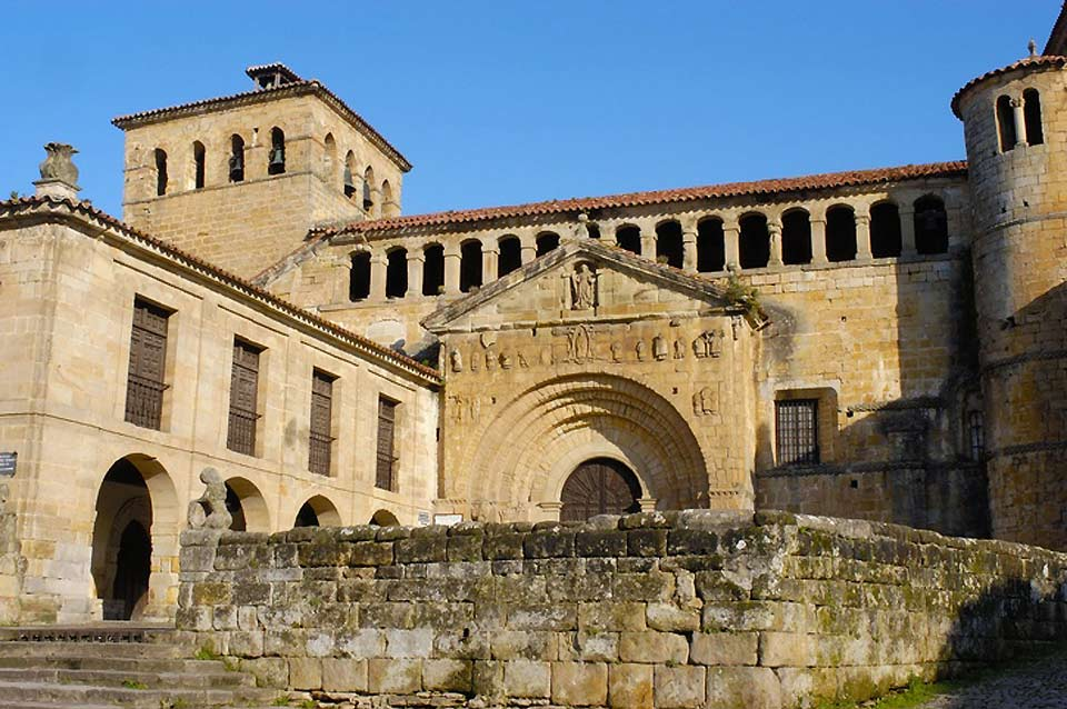 Romanesque style with added Renaissance and baroque features.