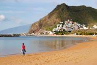 Il n'y a aucun resort à proximité, elle est donc fréquentée principalement par des locaux et notamment les habitants de Santa Cruz, qui considèrent Las Teresitas comme leur plage.