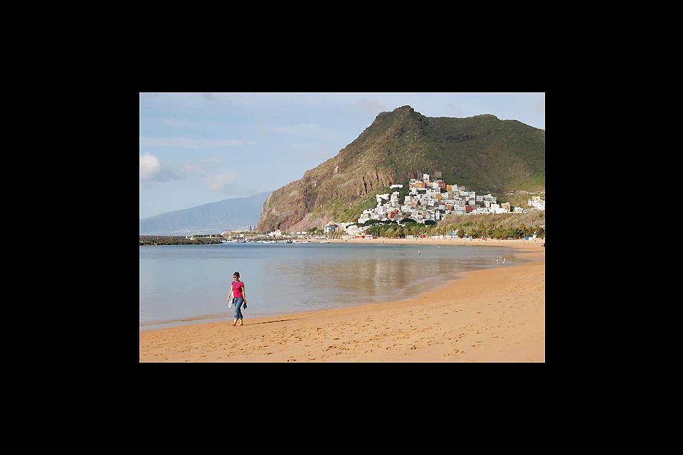 Non c'è nessun resort nelle vicinanze, è quindi frequentata principalmente dagli autoctoni e soprattutto dagli abitanti di Santa Cruz, che considerano Las Teresitas come la loro spiaggia.