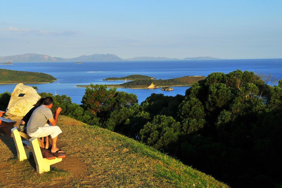 Le relief accidenté constitué de plusieurs collines qui culminent à 168 mètres permet d'admirer les îlots et le lagon.