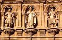 La commune de Santo Domingo de la Calzada compte un important patrimoine qui fait de la ville un rendez-vous incontournable lors de votre visite à La Rioja. Laissez-vous guider par ses rues, ses quartiers et ses places, comme la Place Mayor, mais ne manquez pas la visite à la Cathédrale, de style roman et qui héberge suffisamment d'atouts pour y dédier un certain temps. Cette ville, directement associée ...