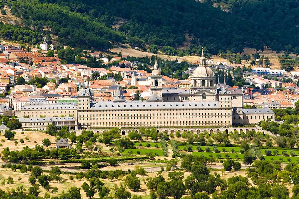 The bourgeois and aristocrats of Madrid had their summer residences built around the monastery, which is surrounded by mountains and forests.