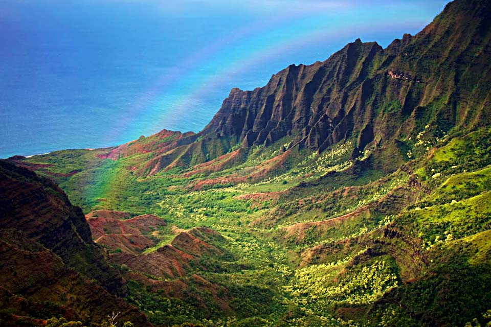 In Princeville, on the northern coast of Kauai Island, enjoy an upscale seaside resort. It hosts the island's most luxurious hotel, two superb golf courses and beaches that are great for swimming, snorkelling and surfing....