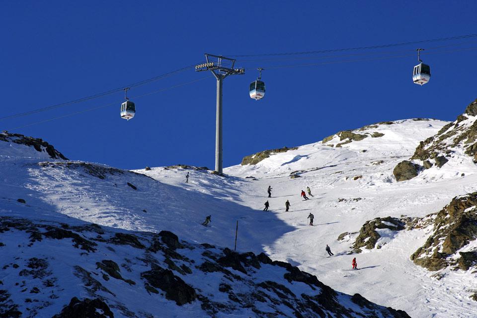 La station des Menuires est l'un des fleurons Français en matière de domaine skiable. Bâti dans les années 60, le petit village s'est rapidement développé avec l'objectif premier de conserver son atmosphère traditionnel, éloigné des immeubles en béton que l'on peut parfois trouver ailleurs. De fait, malgré sa capacité hallucinante de faire circuler près de 61 000 skieurs à l'heure, son schéma architectural ...
